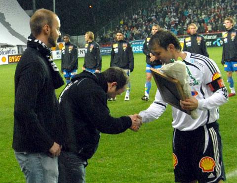 Roar Strand mottar æresmedlemskap i Kjernen. Foto: RBKweb.
