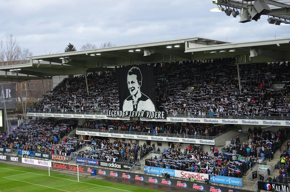 Tribune øst, 6. april 2015. Rosenborg vant 5-0 over Aalesund foran 19 872 tilskuere på Lerkendal stadion. Før avspark var det hyllestmarkering av Odd Iversens bortgang hvor blant annet Åge Aleksandersen fremførte Bilde tå'n Ivers.
